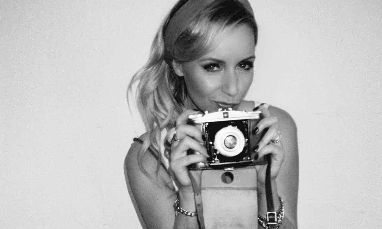 Frau mit altem Fotoapparat